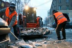 Pulizia della neve Immagini Stock Libere da Diritti