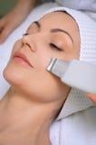 Pulizia della pelle di ultrasuono al salone di bellezza Immagini Stock