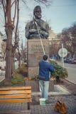 Pulizia della statua di Stefan Karadzha a Varna, la Bulgaria Fotografia Stock Libera da Diritti