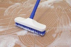 Pulizia di spazzola del pavimento fotografie stock