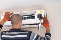 Pulizia e riparazioni il condizionatore d'aria immagine stock
