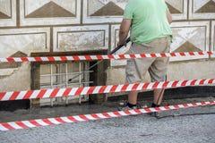 Pulizia esteriore di costruzione con il getto di acqua ad alta pressione Fotografie Stock Libere da Diritti