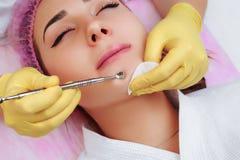 Pulizia professionale dell'acne in un salone di bellezza Immagine Stock