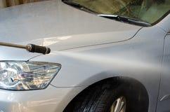 Pulizia van car facendo uso dello spruzzatore ad alta pressione dell'acqua Fotografia Stock Libera da Diritti