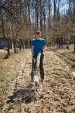 Pulizie di primavera del ragazzo dell'adolescente il frutteto Fotografia Stock Libera da Diritti