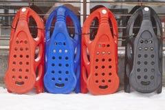 Pulkor som är klara att hyra den kiting floden skidar snöig sportvinter rekreation Arkivbild