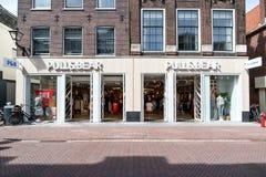 Pull&Bear filial i Leiden, Nederländerna arkivbild