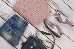 Pull, jeans, espadrilles et sac Image stock