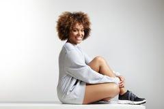 Pull molletonné de port de jeune femme latine heureuse photo stock