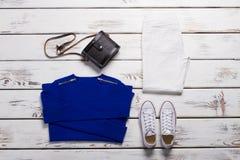 Pull molletonné plié et chaussures blanches Image stock