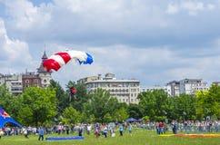 Pullover de parachute dans la ville Image stock