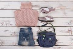 Pullover, jeans, espadrilles et sac Photographie stock