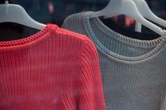 pullover sui ganci di modo una certa sala d'esposizione per wom Fotografia Stock