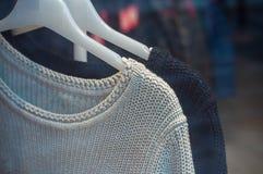 pullover sui ganci di modo una certa sala d'esposizione per wom Fotografia Stock Libera da Diritti