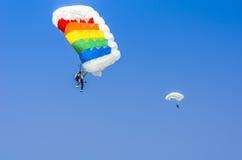 Pullovers de parachute dans le ciel Photos stock