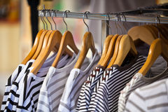 Pulls femelles rayés dans un magasin d'habillement Photos libres de droits