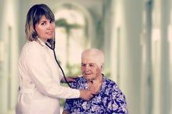 Pulmones de examen del doctor Imágenes de archivo libres de regalías