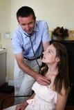 Pulmones del doctor Examining con un estetoscopio Imagenes de archivo