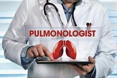 Pulmonologist работая с таблеткой в руках в лаборатории с текстом стоковые изображения