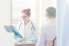 Pulmonologist, der Röntgenstrahlbild betrachtet stockbilder
