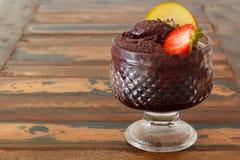 Pulpe d'Acai en verre avec la fraise et le kiwi sur la table en bois photo stock