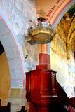 pulpit Dentro la chiesa medievale fortificata nel villaggio Malancrav, la Romania qui è alcuni dei murali gotici più significativ fotografia stock