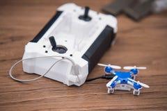 Pulpit operatora i bezpilotowy mały quadrocopter Obraz Stock