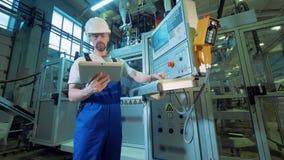 Pulpit operatora w żeglującym męskim inżynierem zbiory wideo