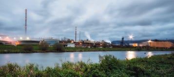 Pulpmolen op de banken van de rivier stock foto