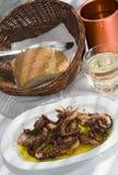 Pulpo asado a la parilla especialidad griega del taverna de la isla Fotografía de archivo libre de regalías
