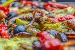 Pulpo de la carne asada con las patatas dulces, las pimientas rojas y las aceitunas negras imagenes de archivo