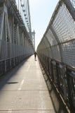 Pulsant sur le pont de Manhattan, New York Images stock