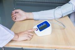 Pulsante di avvio della stampa di medico della donna su pressione sanguigna Fotografia Stock Libera da Diritti