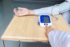 Pulsante di avvio della stampa di medico della donna su pressione sanguigna Immagini Stock Libere da Diritti