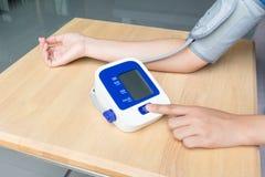 Pulsante di avvio femminile della stampa su pressione sanguigna Fotografia Stock