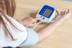 Pulsante di avvio femminile della stampa su pressione sanguigna Immagine Stock