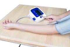 Pulsante di avvio femminile della stampa su pressione sanguigna isolato sulle sedere bianche Fotografia Stock