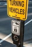 Pulsante pedonale del bottone e del segno del segnale di attraversamento con il porto marittimo U.S.A. di Boston dei veicoli di t Fotografie Stock Libere da Diritti