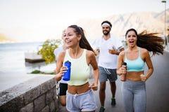 Pulser heureux de personnes ext?rieur De suite, sport, exercice et concept sain de mode de vie image libre de droits