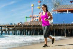 Pulser heureux sain convenable de femme sur la femelle attirante de cardio- perte de poids de l'espace de jour parfait de plage photographie stock