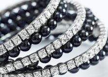 Pulsera brillante con las perlas negras foto de archivo