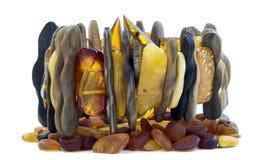 Pulsera de ambarino báltico y de la madera en blanco Imágenes de archivo libres de regalías