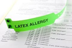 Pulsera de la alergia del látex imagen de archivo
