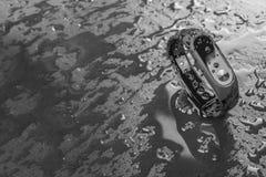 Pulsera de la aptitud en un fondo negro de la pizarra con descensos del agua Imagenes de archivo