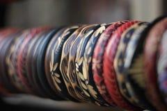 Pulsera de madera tradicional colorida alineada imagenes de archivo