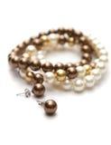 Pulsera de perlas marrones, amarillas y blancas. fotografía de archivo libre de regalías