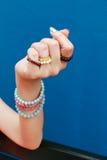 Pulsera de piedra con una mano preciosa Foto de archivo