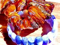 Pulsera del ámbar azul del ópalo y de la pulsera El ámbar se llama el ` Sun un ` de la roca Artes populares rusos fotos de archivo