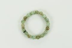 Pulsera del jade aislada en un fondo blanco Fotografía de archivo libre de regalías