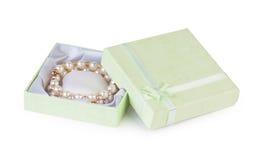 Pulsera del oro con las perlas en la caja verde Fotografía de archivo